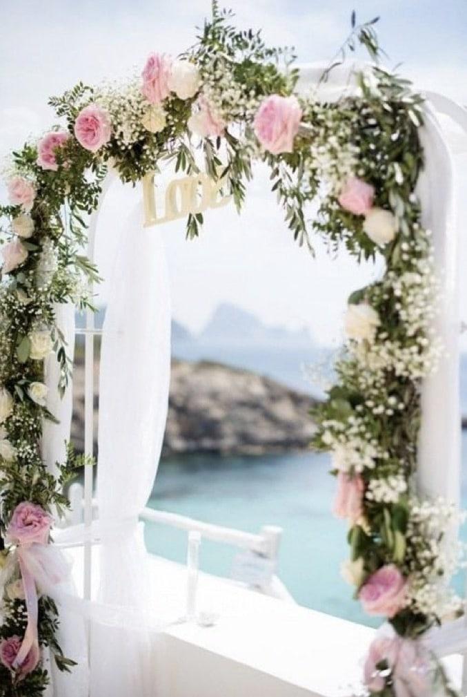 Arche de fleurs pour un mariage
